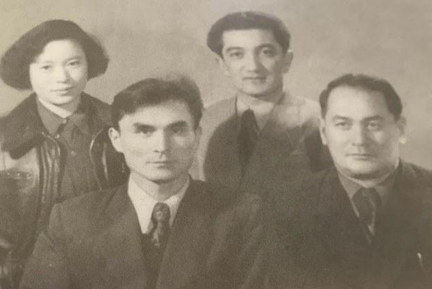 (سولدىن ئوڭغا ئالدىنقى رەتتە) تۇرغۇن ئالماس ۋە زىيا سەمەدى ئەپەندىلەر. 1955-يىلى بېيجىڭ.