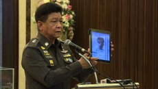 تايلاند ساقچى باياناتچىسى پراۋۇت تاۋورنسىرى تايلاندتىكى پارتلاش ۋەقەسى توغرىسىدا مۇخبىرلارنىڭ سوئاللىرىغا جاۋاب بەرمەكتە. 2015-يىلى 1-سېنتەبىر، باڭكوك.