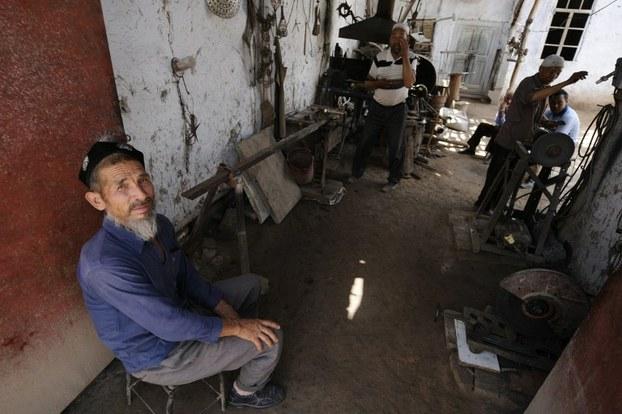 چاقچىلىق قىلىپ جان بېقىۋاتقان نامرات ئۇيغۇرلار. 2008-يىلى 31-ئىيۇل، ئاقسۇ.