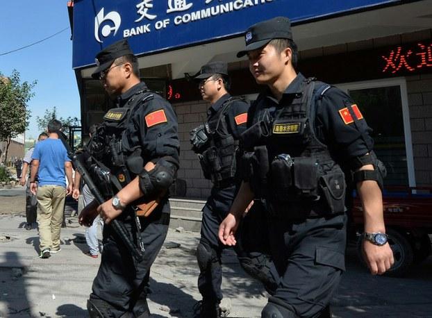 Xitay qoralliq küchliri Uyghurlar zich olturaqlashqan rayonda charlash élip bériwatqan körünüsh. 2013-Yili 29-iyun, ürümchi.