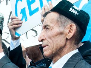 Péshqedem sha'ir abdughopur qutluqof aka amérikidiki Uyghur aliy kéngishige qatnashti. 2011-Yili 2-may.