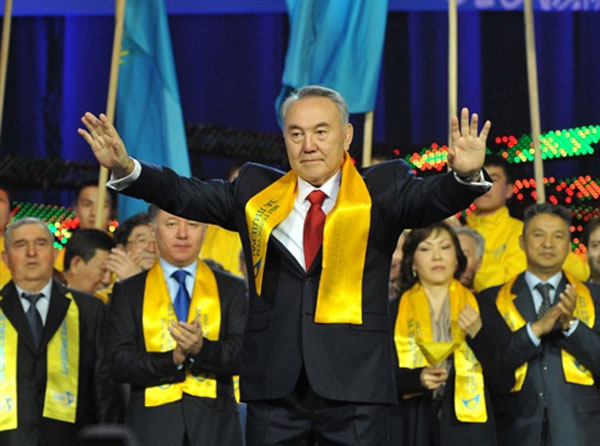 سايلىغۇچىلار ئاۋازلىرىنىڭ 95% ئىگە ئىگە بولغان قازاقىستان پرېزىدېنتى نۇرسۇلتان نازاربايېف ئۆزىنى قوللىغۇچىلارغا رەھمىتىنى بىلدۈردى. 2011-يىلى 4-ئاپرېل.