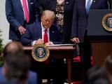 Америка президент доналд трамп қанун лайиһәсигә имза қоюватқан көрүнүш. 2020-Йили 5-июн, вашингтон