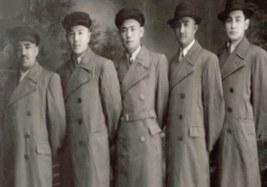 """1944-1949-Yilliridiki sherqiy türkistan milliy azadliq inqilabigha qatnashqan ghuljidiki """"51 Ziyaliy"""" ning 1951-yili, 4-mart küni achqan Uyghuristan jumhuriyiti qurush mesilisi heqqidiki yighinining arqa körünüshi tasadipiy emes idi."""