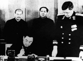 ماۋ زېدوڭ ستالىننىڭ شىنجاڭ، يەنى ئۇيغۇر دىيارى بىلەنمۇ ئايرىم كېلىشىم تۈزۈش تەلىپىگە بىنائەن، سەيپىدىن ئەزىز باشچىلىقىدىكى بىر شىنجاڭ ۋەكىللەر ئۆمىكىنى تەشكىللەپ، موسكۋاغا ئېلىپ كەلگەنىدى.