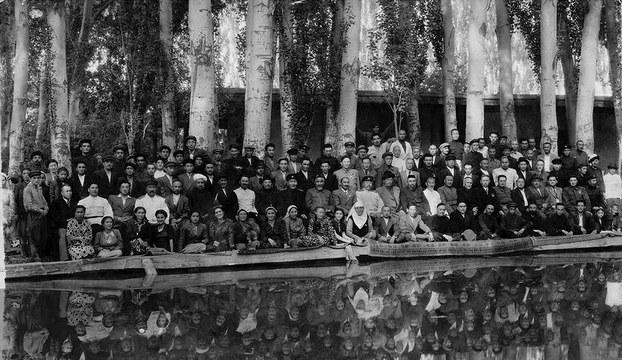 ئەينى چاغدىكى شەرقى تۈركىستاننىڭ سىياسىي، ھەربىي ۋە مەدەنىيەت ساھەسىدىكى رەھبەرلىرىنىڭ يىغىلىشىدىن بىر كۆرۈنۈش. 1948-يىلى. غۇلجا، شەرقى تۈركىستان.