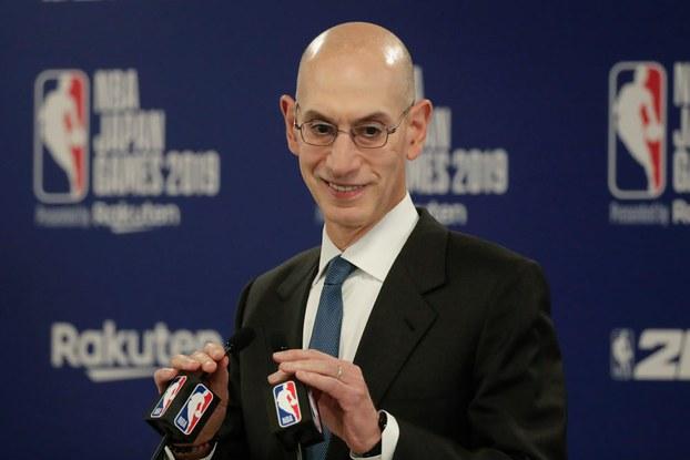 NBA نىڭ مەسئۇلى ئادام سىلۋېر مۇسابىقىنىڭ باشلىنىش نۇتقىنى سۆزلىمەكتە. 2019-يىلى 8-ئۆكتەبىر، توكيو.