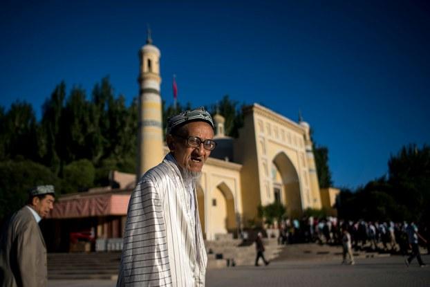 Héytgah jamesige namazgha mangghan yashan'ghan Uyghur. 2017-Yili 26-iyun, qeshqer.