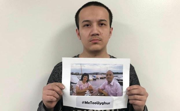 Uyghur yash emrullah ekrem ata-anisining nöwettiki ehwalini ijtima'iy taratqular arqiliq dunyagha ashkarilimaqta. 2019-Yili aprél.