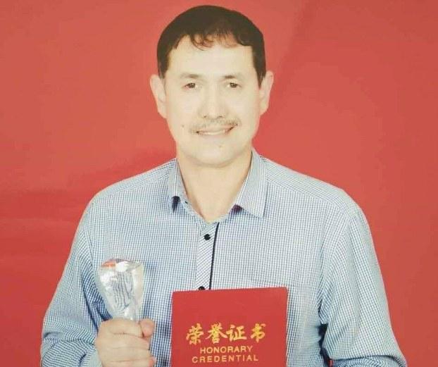 Wirjiniye shtatida oquwatqan Uyghur yash arafat erkinning türmige qamalghan dadisi, ili téléwiziye istansining tehriri, rézhissor erkin tursun ependi.