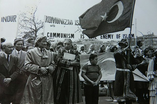 ئەيسا يۈسۈپ ئالپتېكىن (ئوتتۇرىدىكى بادام دوپپا ۋە تون كىيگەن كىشى) ئۇيۇشتۇرغان شەرقىي تۈركىستانلىقلارنىڭ كوممۇنىزمغا قارشى نامايىشى. 1966-يىلى، ئىستانبۇل.