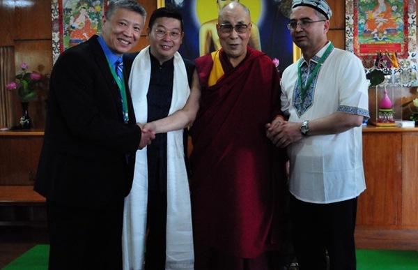 «ئاسىيا دېموكراتىيە مۇنبىرى» نىڭ 2016 - يىللىق يىغىنىغا قاتنىشىۋاتقان ئامېرىكا ئۇيغۇر بىرلىكىنىڭ رەئىسى ئىلشات ئەپەندى دالاي لاما بىلەن بىللە