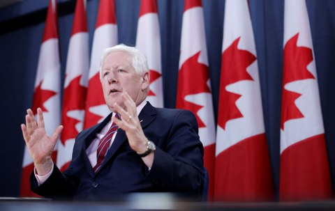 Канаданиң б д т да турушлуқ баш әлчиси боп рәй(Bob Rae) әпәнди мухбирларни күтүвелиш йиғинида сөзлимәктә. 2018-Йили 3-апрел, канада.