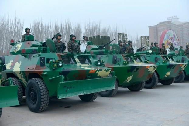 Uyghur rayonida, térrorizmgha qarshi qesemyad bergen saqchi we herbiylerdin terkib tapqan 10 ming xitay qoralliq küchlirining bir qismi. 2017-Yili 17-féwral, qeshqer.