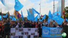 Jenwe shehiride élip bérilghan Uyghur we tébetlerning birleshme namayishidin körünüsh. 2016-Yili 16-séntebir, shwétsariye.