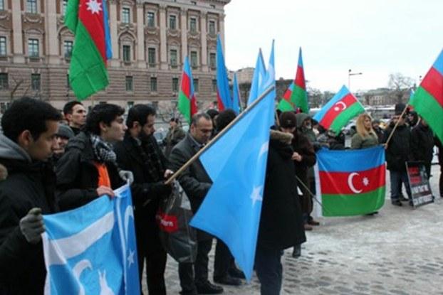 Xojali qirghinchiliqining 21 yilliqi munasiwiti bilen ezerbeyjan we Uyghur teshkilatliri birlikte namayish ötküzdi. 2013-Yil 23-féwral, shwétsiye.