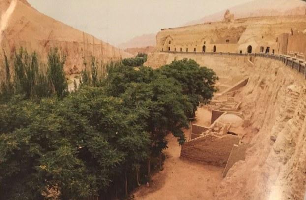 «ئىسلامدىن ئىلگىرىكى ئۇيغۇر تارىخى ۋە مەدەنىيىتى» ناملىق ئەسەرگە بېسىلغان بېزەكلىك بۇددا مىڭ ئۆيى.