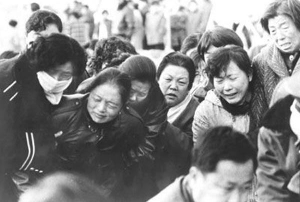 1994-يىلى 12-ئاينىڭ 8-كۈنى قاراماي شەھەرلىك دوستلۇق كىنوخانىسىدا يۈز بەرگەن ئوت ئاپىتىدە قازا قىلغان ئوقۇغۇچىلارنىڭ ئاتا-ئانىسىنىڭ يىغا-زارى.