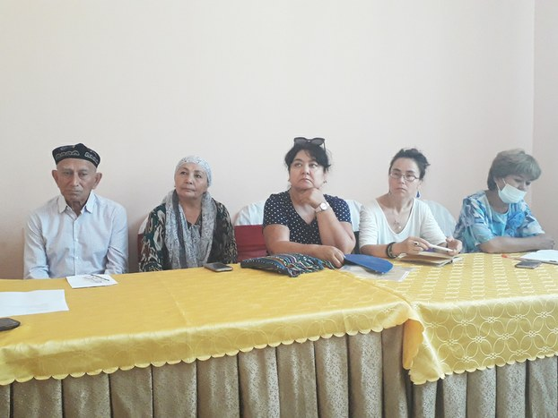 Almuta wilayitining qaraturuq yézisida ötküzülgen Uyghur tilidiki mekteplerni saqlap qélish toghrisidiki yighindin bir körünüsh. 2018-Yili 5-awghust. Qaraturuq, qazaqistan.