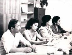 باتۇر ئەرشىدىنوف (سولدىن بىرىنچى) ئۇيغۇرشۇناسلىق بۆلۈمى خادىملىرى بىلەن. 1970-80-يىللار.
