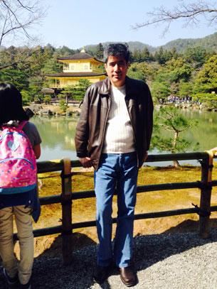 شائىر ئەخمەتجان ئوسمان ياپونىيەدە زىيارەتتە. 2015-يىلى مارت، كيوتو.