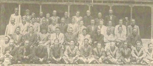 1949-يىلىنىڭ ئاخىرىدا ھىندىستاننىڭ كەشمىر رايونىغا ھىجرەت قىلغان ئۇيغۇر مۇساپىرلاردىن بىر گۇرۇپپا. 1950-يىل ئەتىياز، كەشمىر.