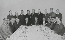 مەرھۇم ئەيسا يۈسۈپ ئالپتېكىن (ئالدىنقى رەت سولدىن 4-كىشى) 1970-يىلى ئامېرىكا دۆلەت مەجلىسىنى زىيارەت قىلغاندا چۈشكەن خاتىرە سۈرىتى (RFA/Qutlan)