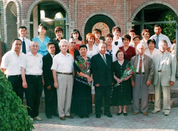 مەخمۇت ئابدۇراخمانوف (بىرىنچى قاتاردا سولدىن تۆتىنچى) شاگىرتلىرى ۋە كەسىپداشلىرى بىلەن. 2006-يىلى، ئالماتا.