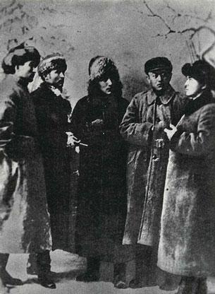 ئوتتۇرا ئاسىيانىڭ 1920-1930-يىللىرىدىكى مۇھىم سىياسىي ئەربابلىرى. ئوڭدىن سولغا. ئابدۇللا روزىباقىيېف (ئۇيغۇر)، يۈسۈپ ئابدۇراخمانوف (قىرغىز)، ئىسماىل تاھىروف (ئۇيغۇر)، قاناي بورانبايېف (قازاق)، جۇبانىش بارىبايېف (قازاق). 1920-1921-يىلى ئارىسىدا تارتىلغان.