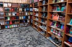 Istanbuldiki sutuq bughraxan kitabxanisigha tizilghan kitablar.