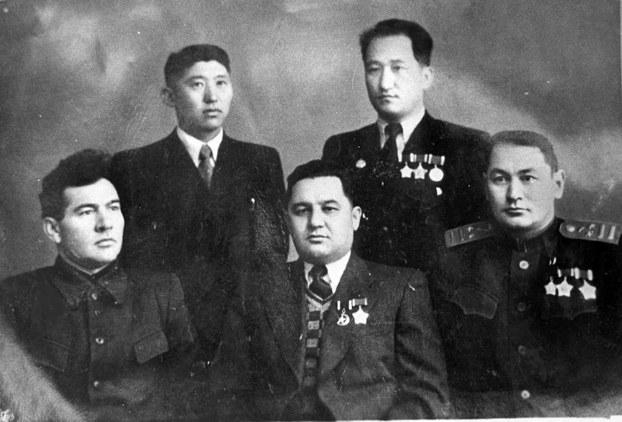 Ziya semedi (birinchi qatar ongda). Ürümchi, 1950-yili.