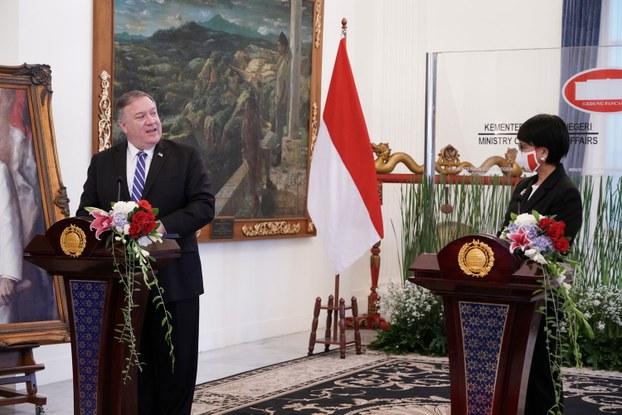 Америка ташқи ишлар министири майк помпейо һиндонезийә ташқи ишлар министири ретно марсуди билән бирләшмә ахбарат елан қилғанда сөз қилди. 2020-Йили 29-өктәбир, җакарта, һиндонезийә.