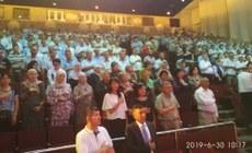 Қирғизистан уйғурлири «иттипақ» җәмийитиниң нөвәттики 9-қурултийиниң башлинишида миллий марш. 2019-Йили 30-июн, бишкәк.