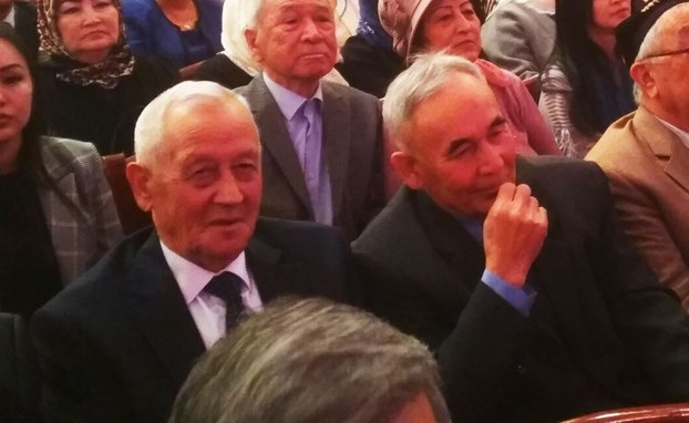 قىرغىزىستاندىكى «ئىتتىپاق» جەمئىيەتنىڭ تەشەببۇسكارى مۇزەپپەرخان قۇربانوف ۋە باش كاتىپى ئەكبەرجان باۇدۇنوف تاماشابىنلار ئارىسىدا. 2019-يىلى 24-نويابىر، بىشكەك.