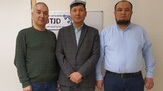 "Soldin on'gha: ""Uyghur edliye arxipi ambiri"" mes'uli, norwégiye Uyghur komitétining re'isi bextiyar ömer, shiwétsiye Uyghur ma'arip uyushmisining mes'ulliridin abdulla kökyar, shiwétsiyediki Uyghur ziyaliysi nijat turghun ependiler ""Neq meydan guwahliqi yighish"" pa'aliyitide. 2019-Yili 17-yanwar. Oslo, shiwétsiye."