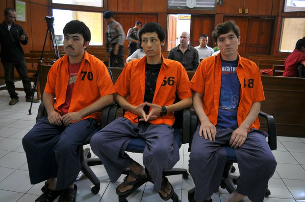 Üch Uyghur (soldin onggha) exmet mexmut, altinchi bayram we tüzer abdul basit térrorluq bilen eyiblinip sotqa chiqqan. 2015-Yili 13-iyul, jakarta hindonéziye.