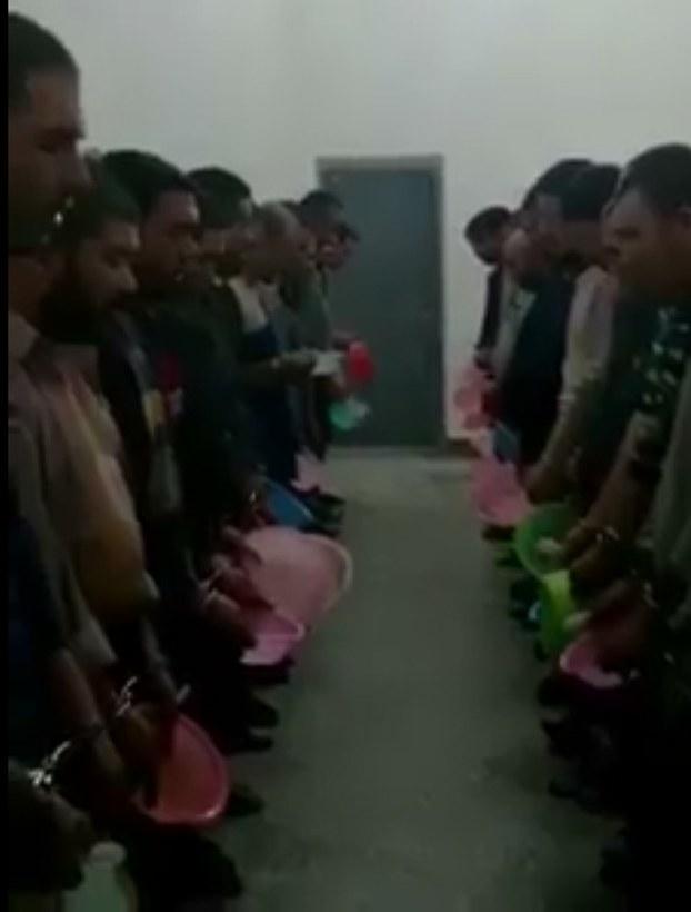 """Uyghur rayonidiki melum bir """"Terbiyelesh"""" lagérda tamaq tarqitishtin burun kommunistik partiyeni medhiyelep naxsha éytquzuluwatqan körünüsh."""