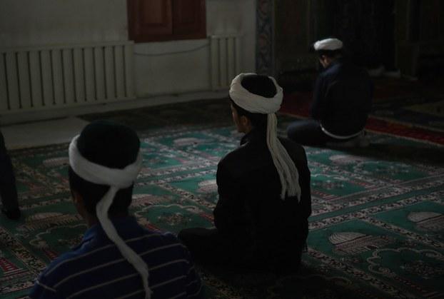 Xitay Uyghurlarning yaghliq chigish, saqal qoyush we roza tutushlirini cheklewatqan mezgilde, meschitte namaz ötewatqan Uyghurlar. 2015-Yili 16-aprél, xoten.