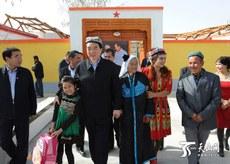 Uyghur aptonom rayonining yéngi sékrétari chén chüen'go qurban tulumning qizi toxtixan qurban bilen qoshmaq tughqandarchiliq ornitip, uni kériyediki öyige yoqlap kelgen körünüshi. 2016-Yili 5-noyabir.