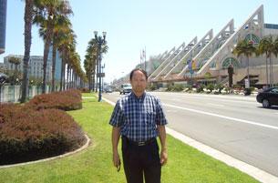 دوكتور ئەركىن سىدىق ئەپەندى كالىفورنىيە شتاتى سان دىەگو خەلقئارالىق يىغىن مەركىزى ئالدىدا. 2011-يىلى 21-ئاۋغۇست.