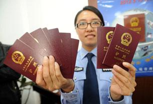 خىتاينىڭ يېڭى پاسپورتى. 2012-يىلى 8-ماي، شېنياڭ.