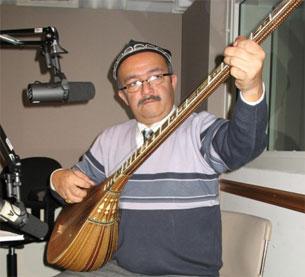 Талантлиқ музикант мәрһум күрәш көсән әпәндиниң радомизни 2006 - йили 4 - йанварда зийарәт қилғанда музика орундап қалдурған хатирә сүрити.