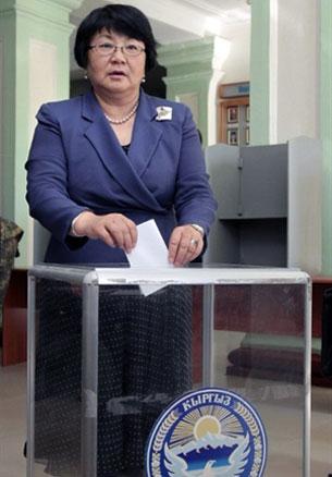 Сүрәт, қирғизистан вақитлиқ һөкүмәт президенти роза отунбайева ханим биләт ташлаватқан көрүнүш.