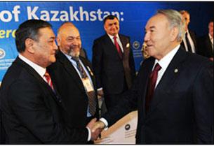 "Sürette, prézidént n. Nazarbayéf qazaqistan xelq assambléyisining orunbasar reislikige saylanghan  ""uyghurlarning jumhuriyetlik medeniyet merkizi"" jemiyetlik birleshmisining reisi exmetjan sherdinof qatarliqlarni tebriklimekte."