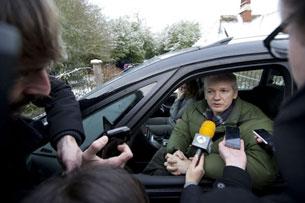 ۋىكىلىكسنىڭ قۇرغۇچىسى Julian Assange مۇخبىرلارنىڭ سوئالىغا جاۋاب بەرمەكتە. ئەنگلىيە 2010-يىل 18 دېكابىر