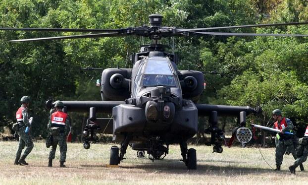 ئەسكەرلەر تەيۋەندە ئۆتكۈزۈلگەن «جەڭگە تەييارلىق قىلىش ھەپتىلىكى» مانېۋىرىدا AH-64E Apache ھۇجۇمچى تىك ئۇچار ئايروپىلانىغا مەشىق راكېتالىرىنى يۈكلىمەكتە. 2020-يىلى 29-ئۆكتەبىر.