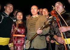 رۇسىيە پرېزىدېنتى ۋىلادىمىر پۇتىن ئورخۇن ئۇيغۇر خانلىقىغا تەئەللۇق پورباجىن قەلئەسى(Por-Bazhyn) نى قېزىۋاتقان ئېكىسپېدىتسىيەنىڭ چېدىرىنى زىيارەت قىلدى. 2007-يىلى 13-ئاۋغۇست.