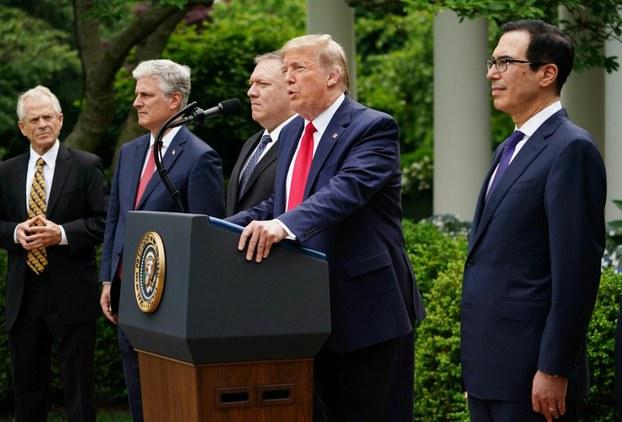 (ئوڭدىن سولغا) ئامېرىكا مالىيە مىنىستىرى سىتىۋىن مىنۇچىن، پرېزىدېنت دونالد ترامپ ۋە تاشقى ئىشلار مىنىستىرى مايك پومپېيو ئەپەندىلەر ئاقسارايدىكى مۇخىرلارنى كۈتۈۋېلىش يىغىنىدا. 2020-يىلى 29-ماي، ۋاشىنگتون.