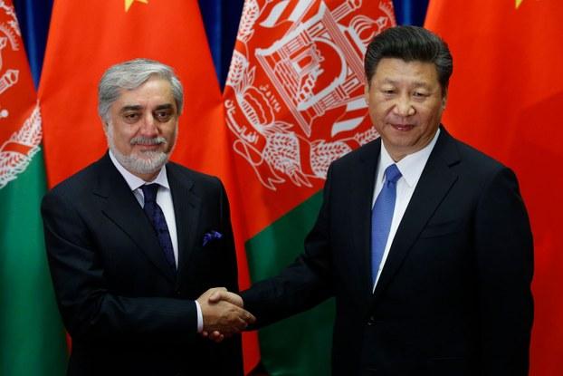 خىتاي رەئىسى شى جىنپىڭ ۋە ئافغانىستاننىڭ باش ئىجرائىيە ئەمەلدارى ئابدۇللا ئابدۇللا بېيجىڭدىكى خەلق سارىيىدا كۆرۈشتى. 2016-يىلى 17-ماي.