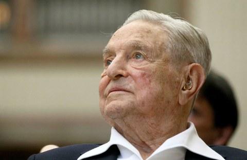 Америкалиқ милярдер, атақлиқ сахавәтчи вә америкадики «әркин җәмийәтләр фонди» ниң қурғучиси җорҗи сорос(George Soros) әпәнди йиғинда. 2019-Йили 21-июн, вена австрийә.